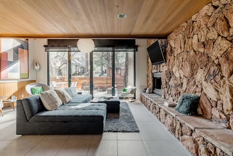 Retro Modernist Cabin at Base of Snow Summit Private Hot Tub