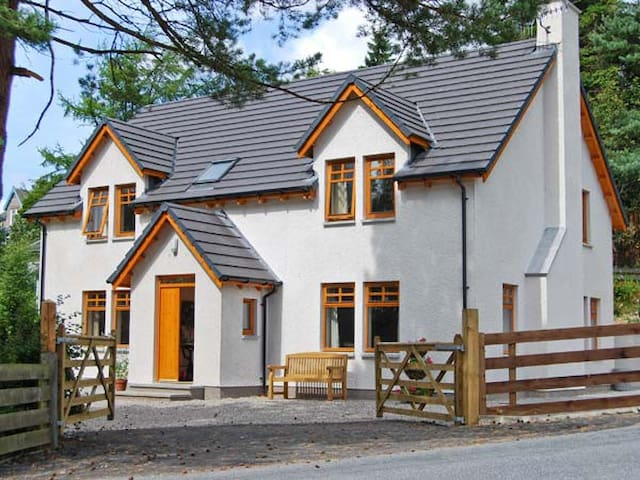 THISTLE DHU, family friendly, with open fire in Newtonmore, Ref 5914