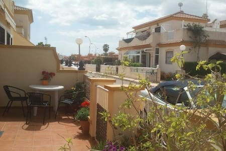 Casa Jamie Appartment mit Terrasse  - Playa Flamenca - อพาร์ทเมนท์