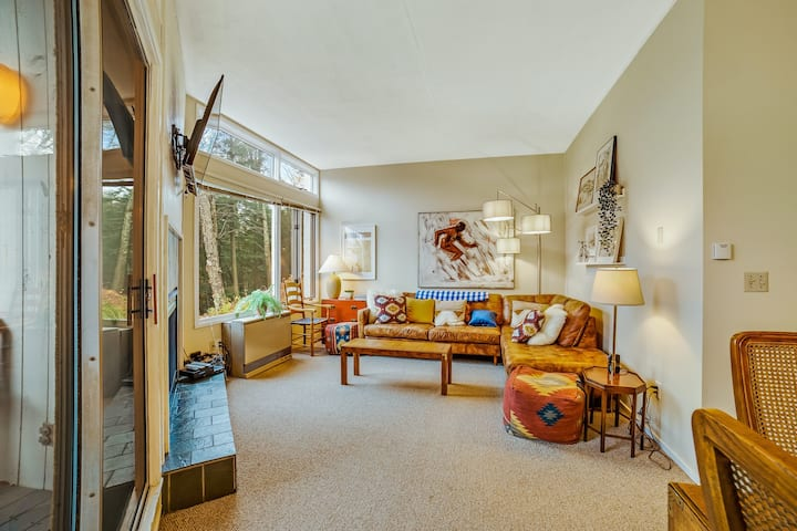 Cozy townhome w/ shared pools & hot tub plus on-site tennis, game room & gym