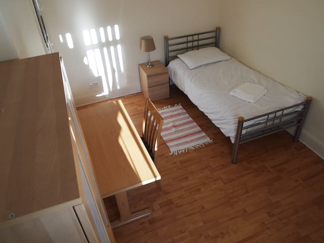 Room 3 in four bedroom house in Thornaby