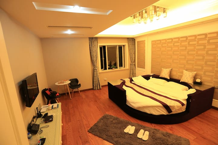 豪华圆床房,厦门市唯一临海别墅区,360平,珍珠湾花园,可看海上日出, - Xiamen - Bed & Breakfast