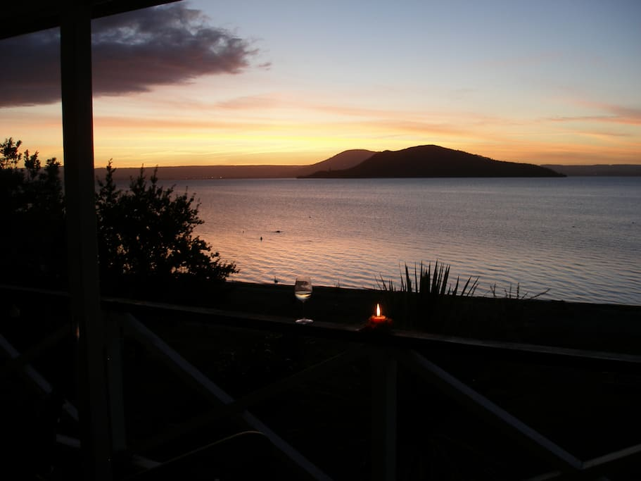 Superb views of Mokoia Is and city. Relax on the deck with a nice NZ wine as you watch the sun set.