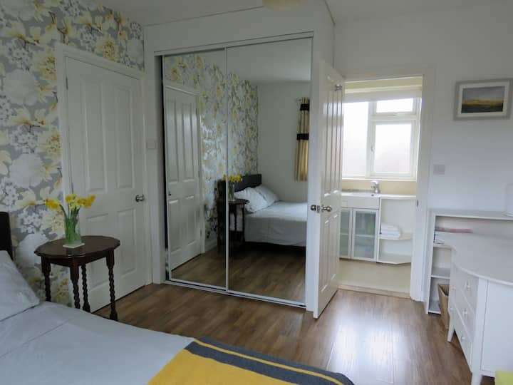 Double bedroom with ensuite, close to town centre