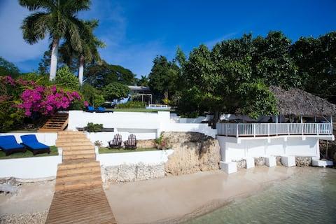 Villa galardonada con playa privada y piscina
