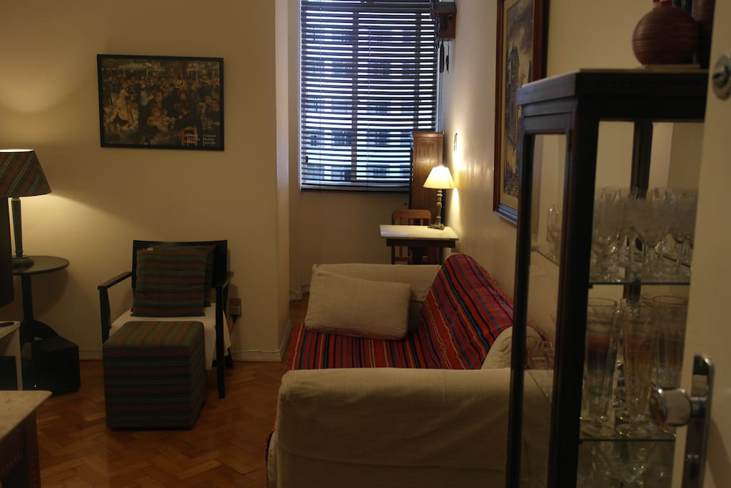 Sala confortável e agradável -- para refeições e descanso.