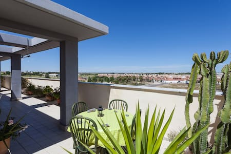 Ático con gran terraza y parking - Coria del Río - Apartment