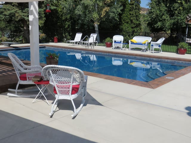Naches Estates guest house with pool and view