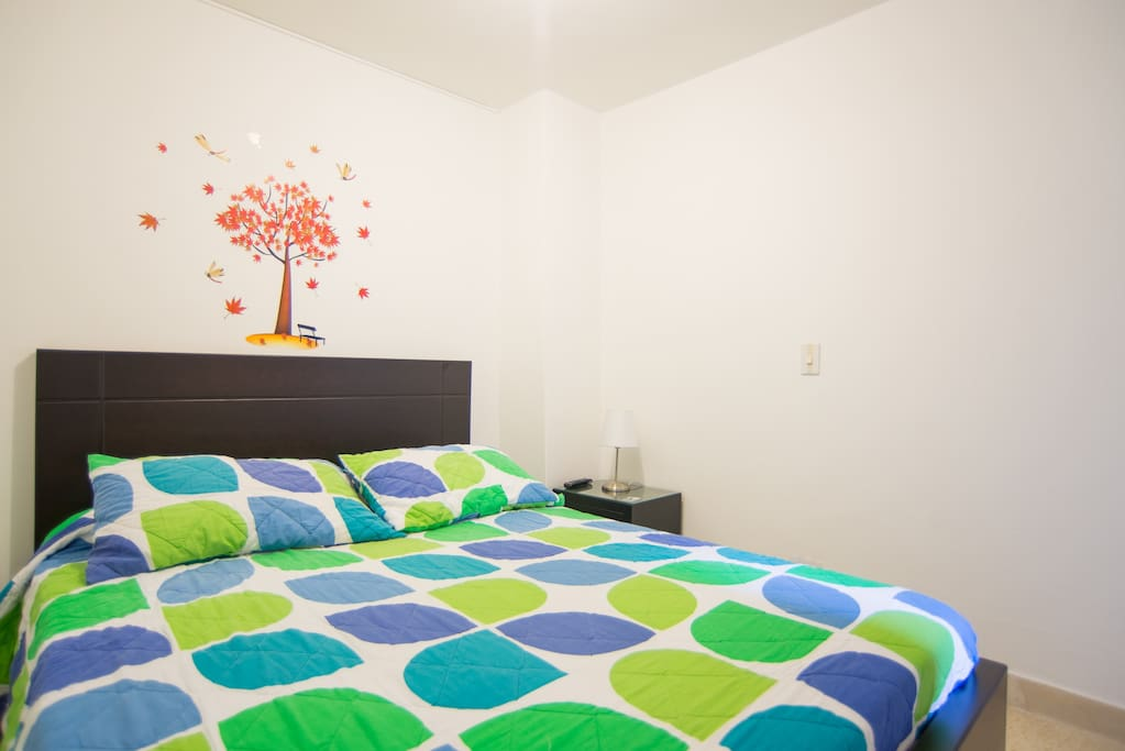 Alcoba con cama doble. Room with a double bed.