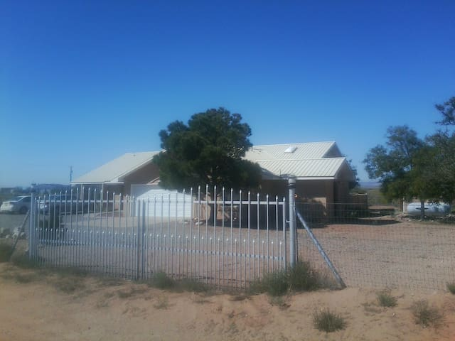 Country Home with Separate Private 2BR 1LR Suite. - Los Lunas - Dom