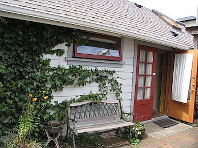 Carriage House B&B - Cottage  - Victoria - Bed & Breakfast