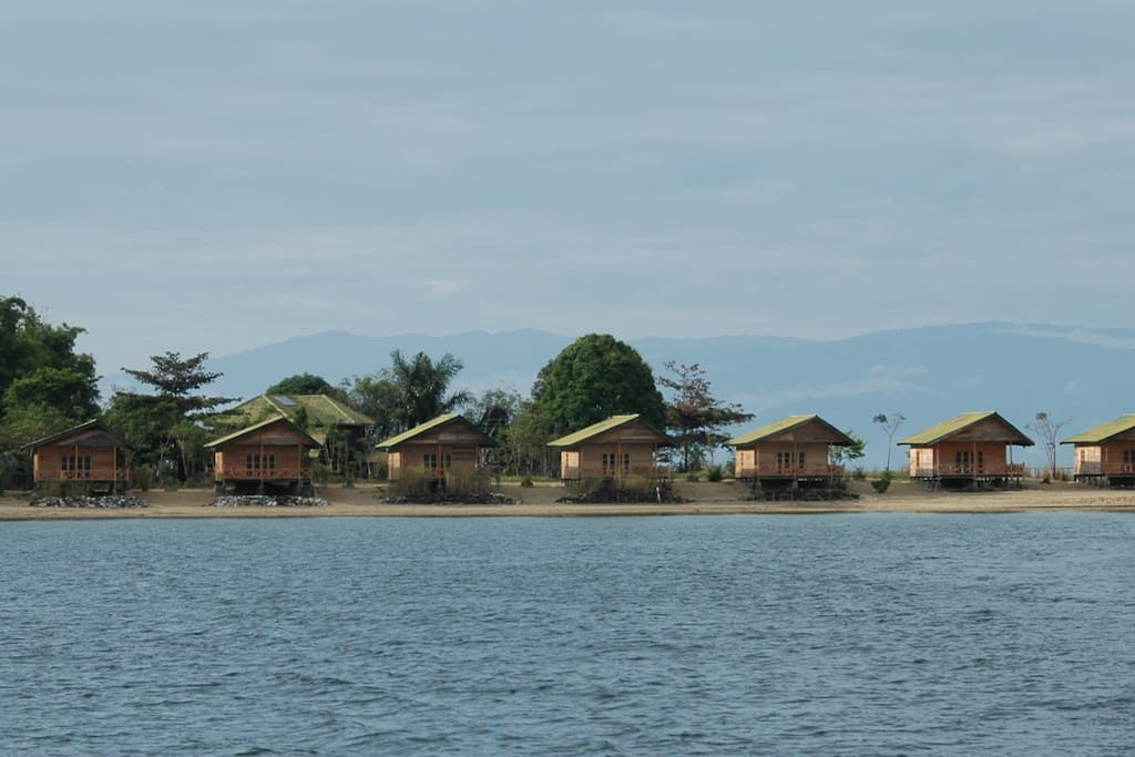 8 Tando Bone bungalows at crystal clear Lake Poso