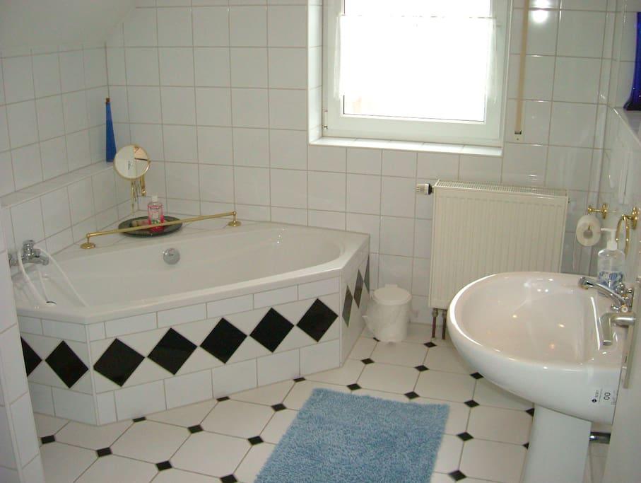 Bad mit Badewanne und einer separaten Duschkabine