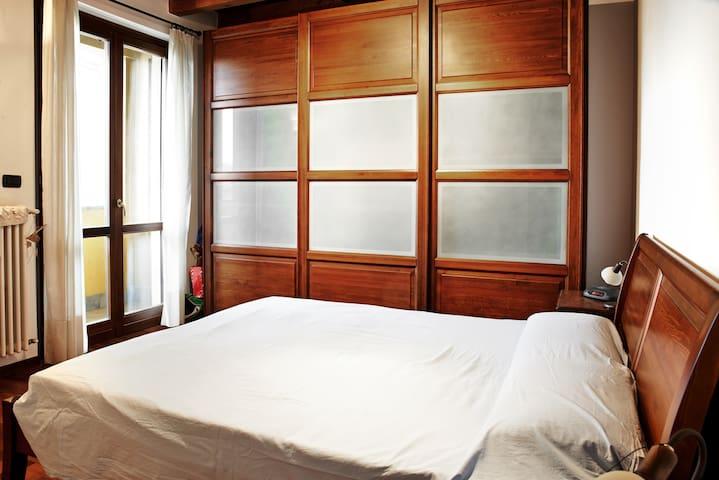 Master bedroom with wardrobe with sliding doors - Camera da letto con armadio ad ante scorrevoli