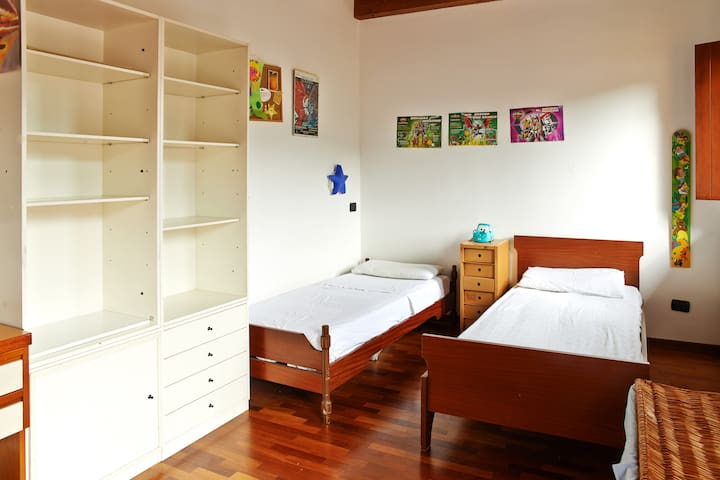 Bedroom with 2 single beds - Camera con 2 letti