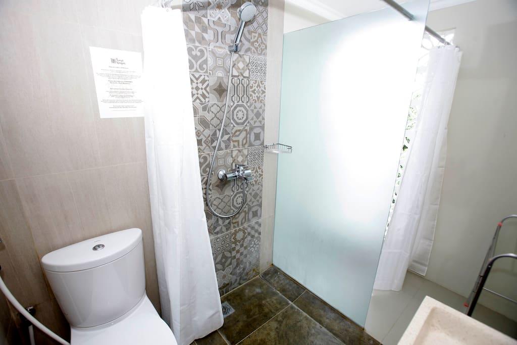 kamar mandi shower air panas dan dingin