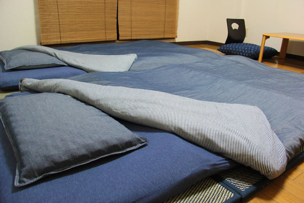 We have two futon-set. You can sleep on Tatami-floor. 畳コーナーにてお布団を敷いていただけます。