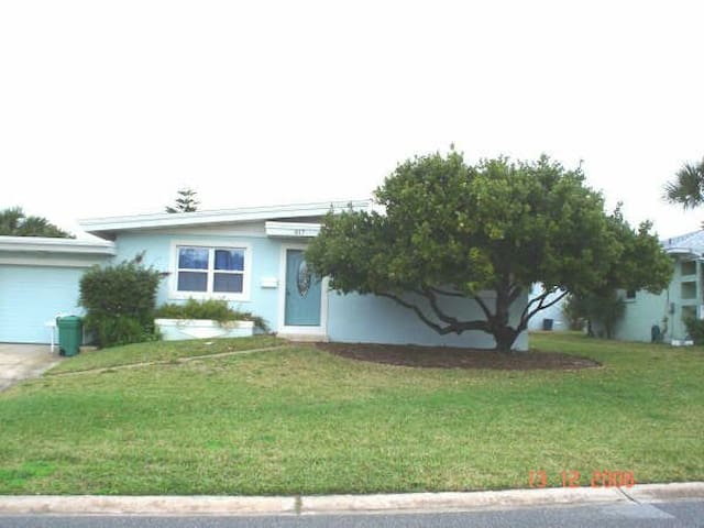 Pet-friendly 2 br beach bungalow - Daytona Beach Shores - House