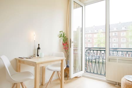 Romantic city apartment at the canal! - Amsterdam - Apartment