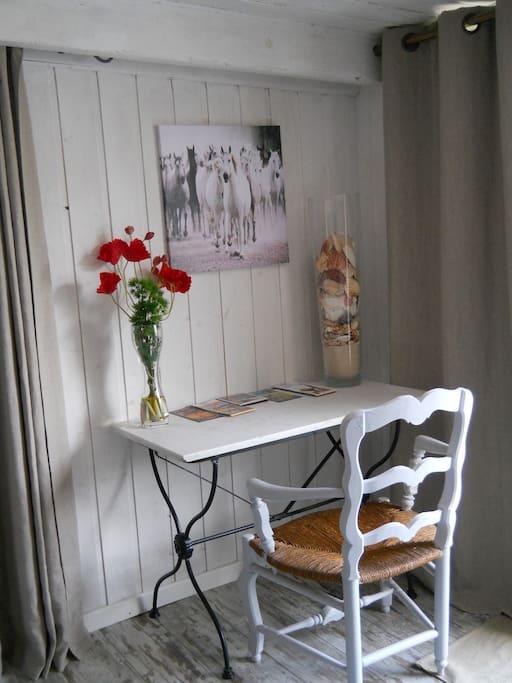 pour écrire  vos cartes postales dans la tranquillité de votre chambre