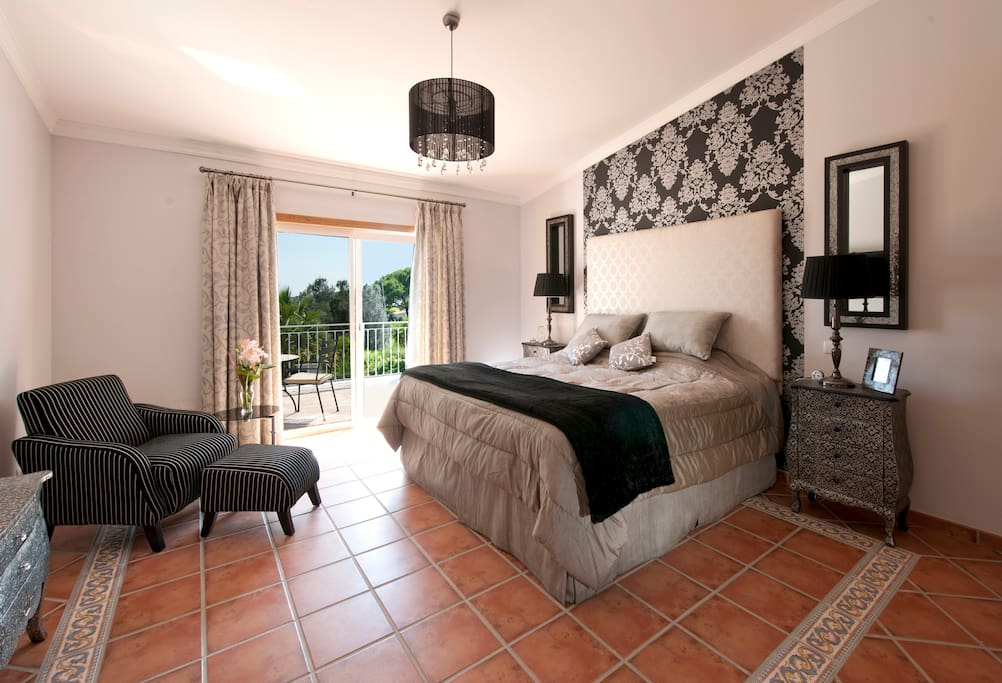 8 Beautifully designed rooms, 6 with sea view