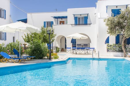 Ikaros is a family hotel which offers self-catering accommodation with fully equipped studios and apartments. The hotel is situated on the outskirts of Naxos town just 800 meters from the town center and near the Saint George beach.
