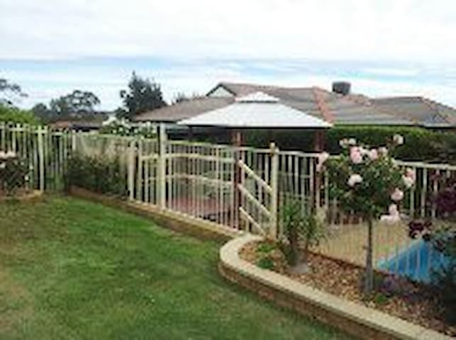 Lovely Executive style 3 br + pool - Young - Hus