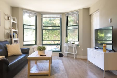 Sunlit, spacious room in modern two story walk up! - San Francisco