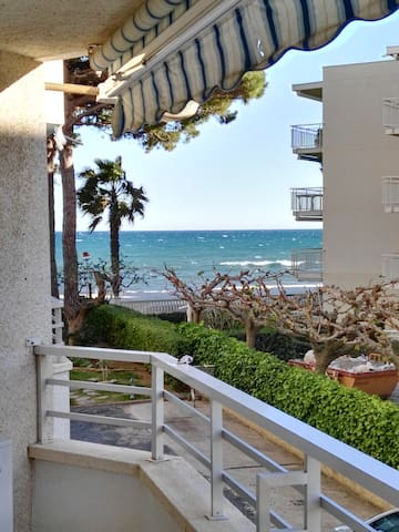 Beachfront apartment. - Cambrils