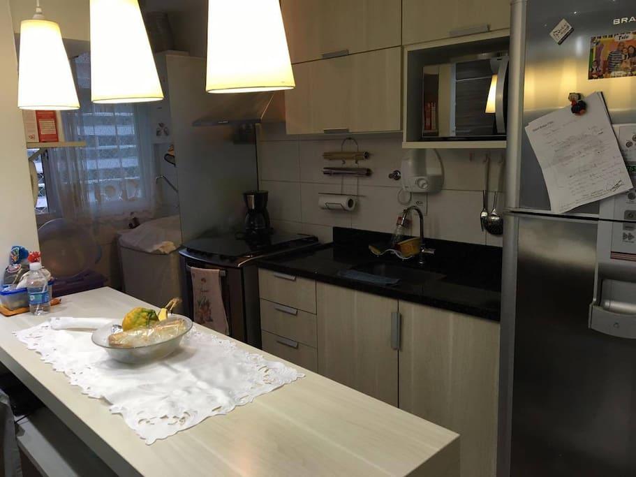 Nice kitchen with oven, microwave, refrigerator, coffee maker, etc / Cozinha completa