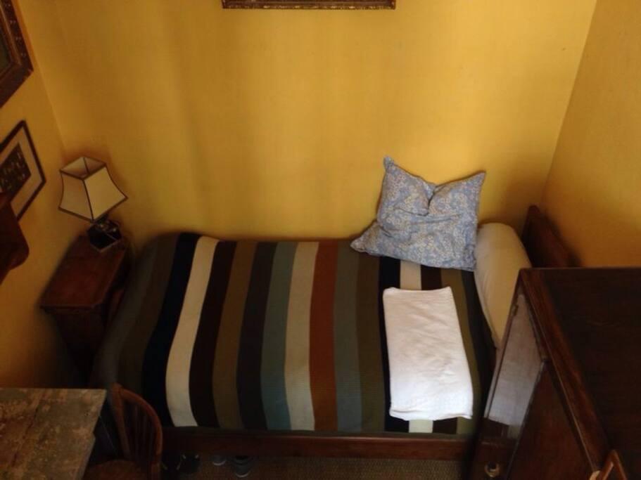 Chambre agréable un lit , bureau, armoire internet