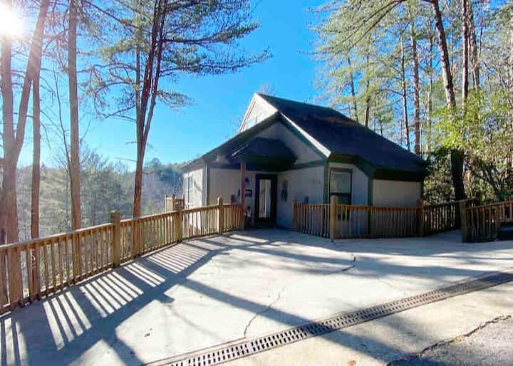 MOUNTAIN VIEWS! Private & minutes from everything!