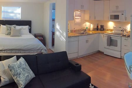 WOW MINS 2 BEACH GARDEN STUDIO WITH FLORIDA ROOM!! - Lake Worth - Appartement