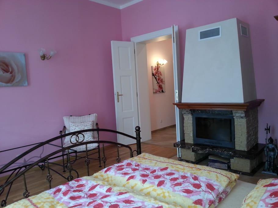 Junior Suite - камин, двуспальная кровать.