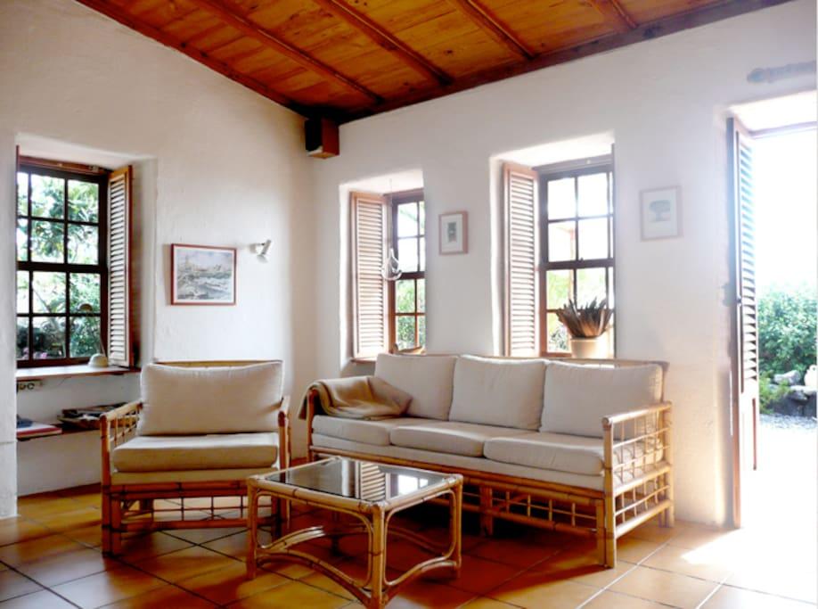 Wohnzimmer schön hell und kanarisch.