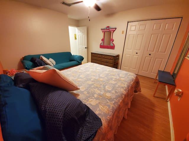 2nd bedroom with Queen Bed and Full Size Futon