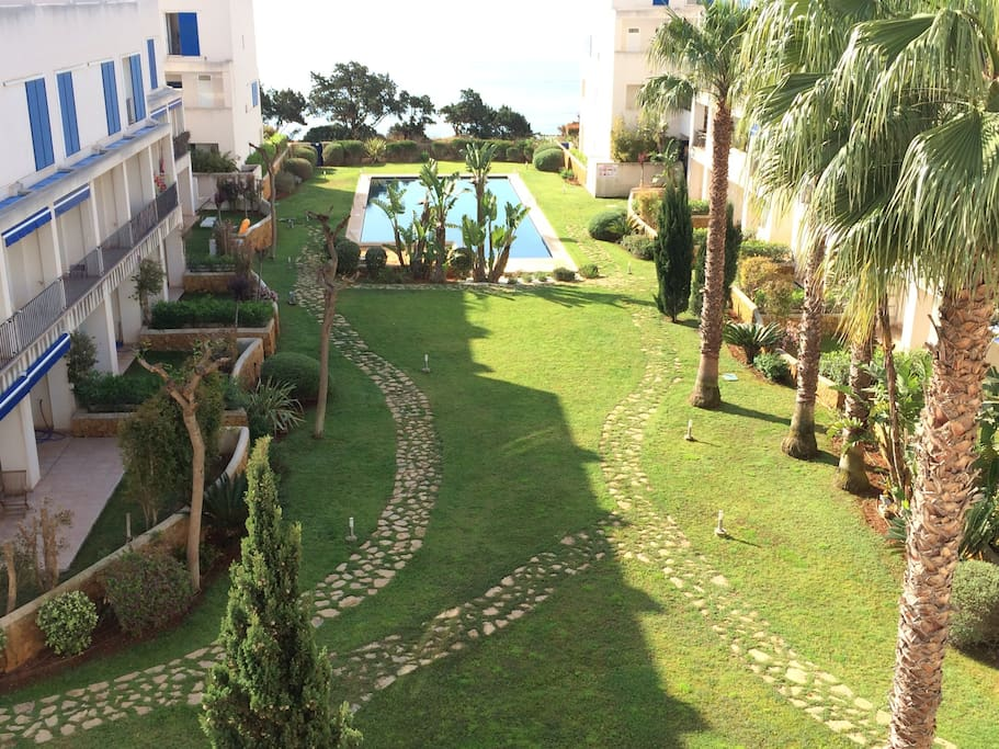 Jardines privados con acceso directo a playa muy tranquila. Private gardens with access to a quite beach.