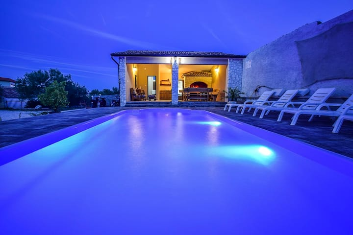 Luxury A2 Apartment Mihic with pool