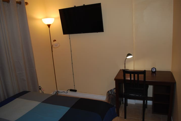 Room 3/ pvt bth/ TV/ near Universal and Hollywood