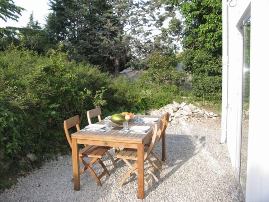 jardin avec barbecue, table 4 personnes dans la verdure