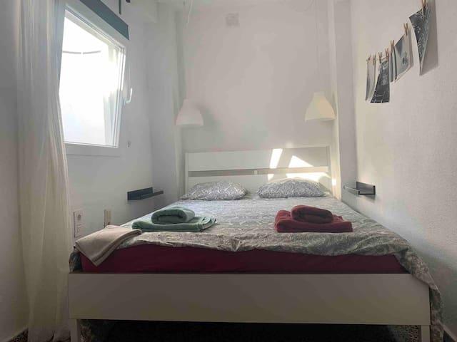 dormitorio con cama doble 140*200