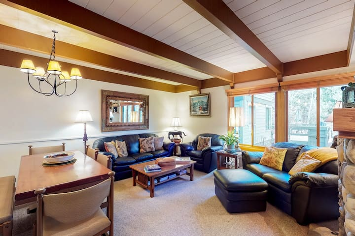 NEW LISTING! Charming condo w/ full kitchen, gas grill-close to skiing!