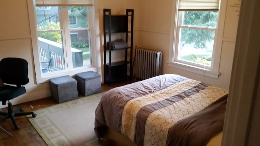Downtown Wingra Room with Queen Bed - Madison