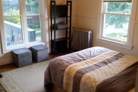 Bright Private Bedroom in Central Madison - Мэдисон