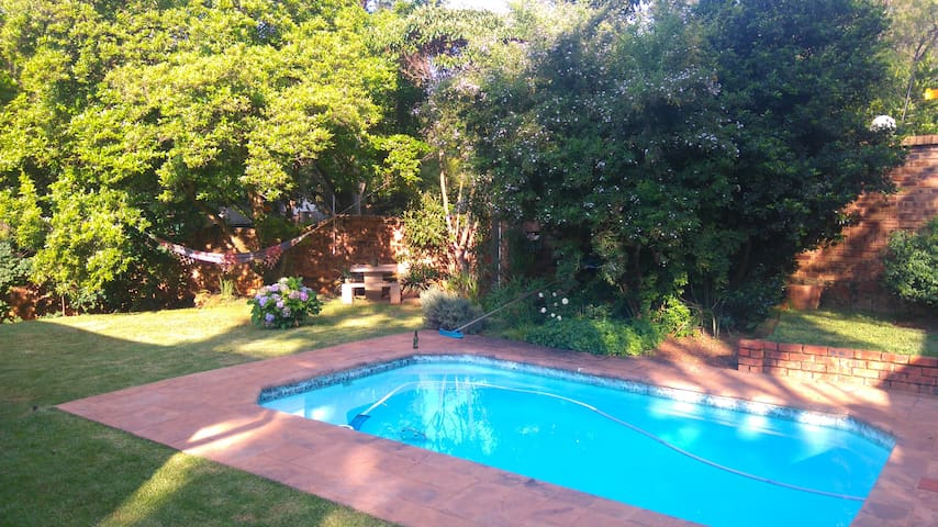 En suite private room, beautiful garden and pool - Pretoria - House
