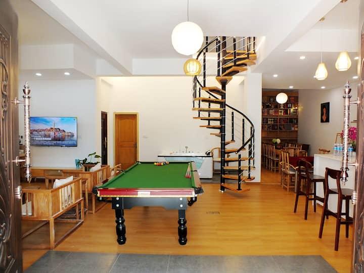 乌镇西栅景区口200米处联排别墅整栋,大客厅麻将台球桌球大浴缸,自带停车位,新房八折优惠。