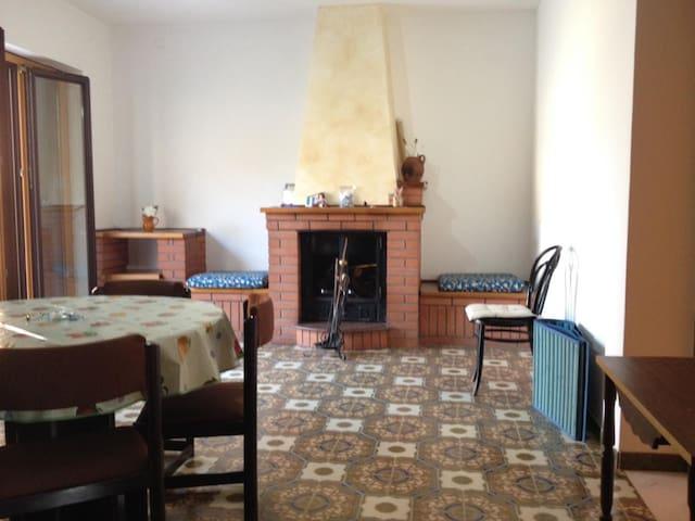 Ampio soggiorno con termocamino e accesso al terrazzo