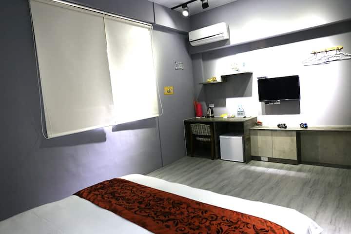 全新裝潢背包客價格!灰想空間雙人房,近神農街和國華街