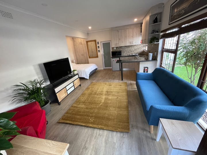 Suburban Tranquility - new renovated bachelor pad