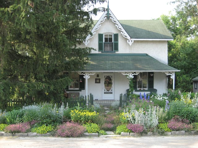 Around the World B&B, Blue Room - Bradford West Gwillimbury - Bed & Breakfast